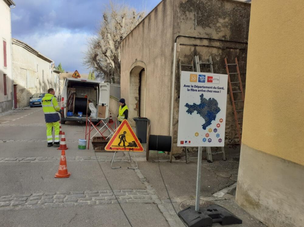 GAJAN_Avenue du Griffe_20 février 2020_deux techniciens déploient des câbles optiques